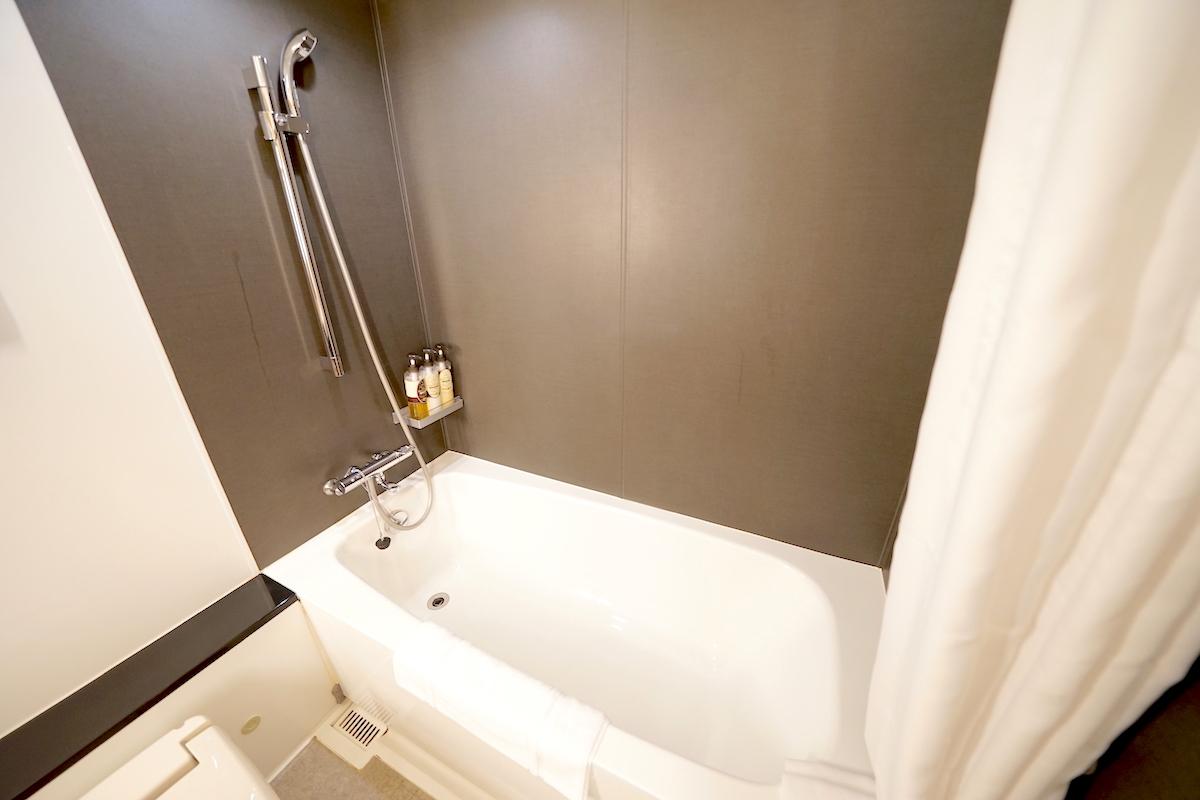 お風呂はゆったり浸かれる大きめのバスタブ