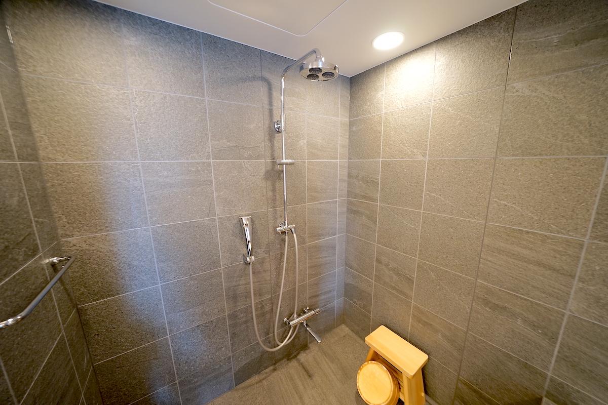 温泉の様な広々バスルーム
