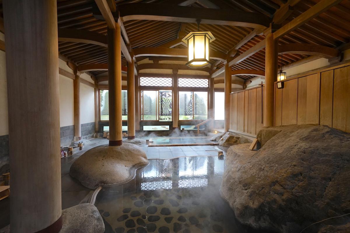 登録有形文化財の天平風呂で鯉を眺めよう!