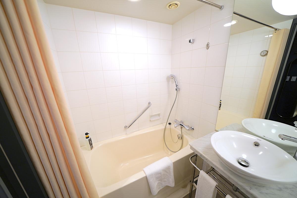 浴室はシンプルで清潔!