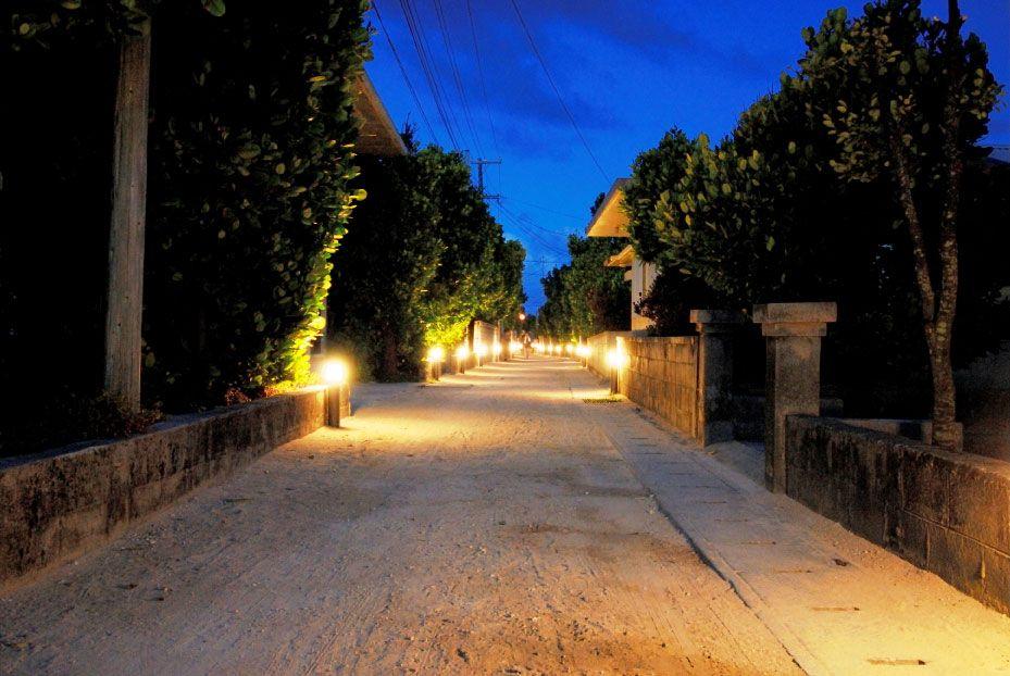 村道1号線は夜になると…。温かい光が灯る「フットライト通り」に