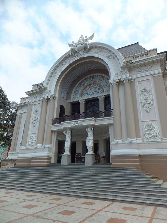 繊細な装飾や彫像が美しい「市民劇場」