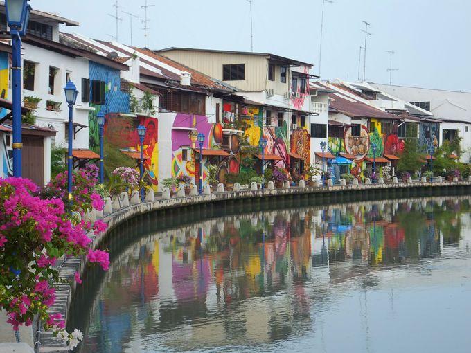 カラフルな壁画が美しい!朝はマラッカ川沿いを散策