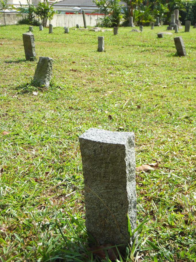 芝生の上に点在する「からゆきさん」の墓
