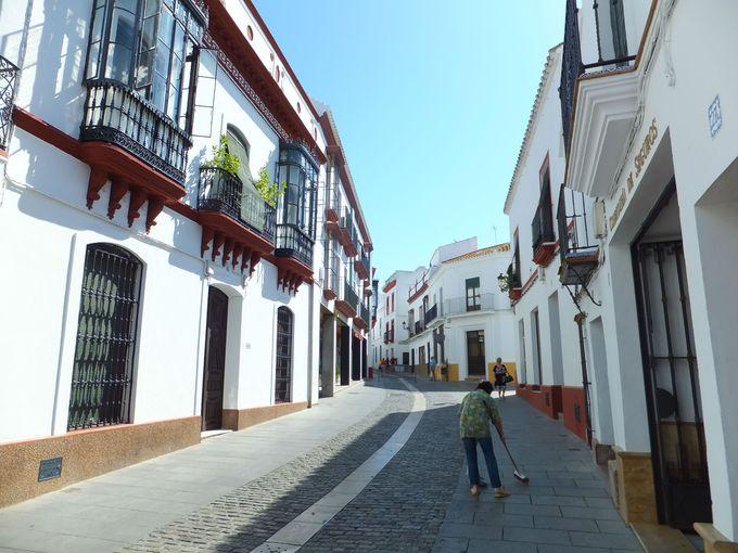 石畳の道、白壁の家並み…。美しきカルモナ旧市街