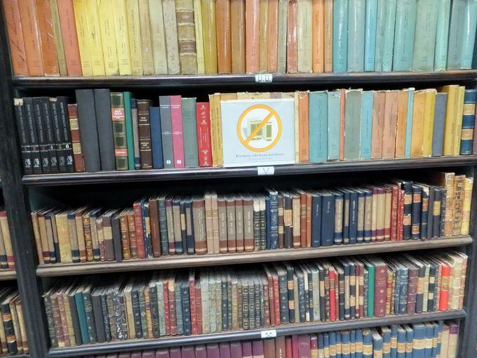 本に触れることができない不思議な図書館