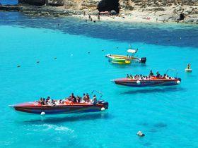 船が宙を飛ぶ!?天国のような海!マルタ共和国「コミノ島」の青き楽園へ