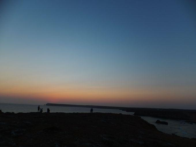 大西洋の彼方に夕陽が沈み、やがて……