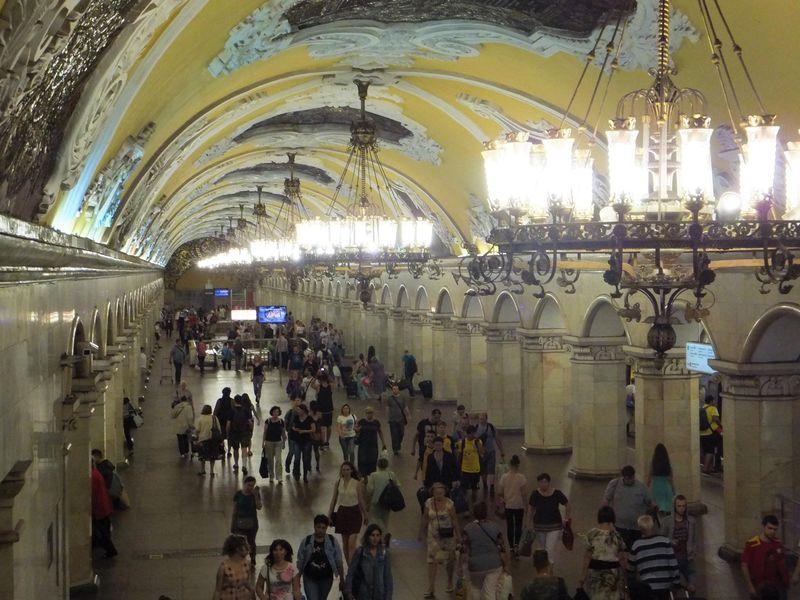 モスクワ地下鉄の宮殿世界へ!魅力とオススメの駅3選