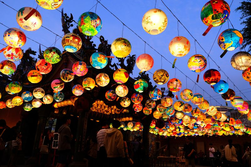 虹が波打つ幻想世界!台南「普済殿ランタン祭り」が神秘的すぎる
