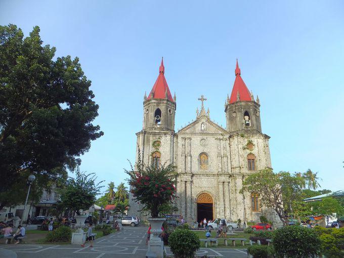 赤い屋根の鐘楼が美しいモロ教会