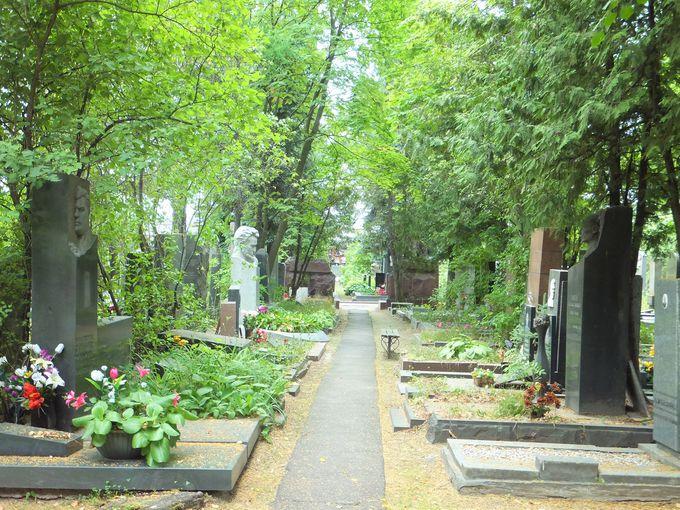 隣接の墓地には多くの有名人が眠る
