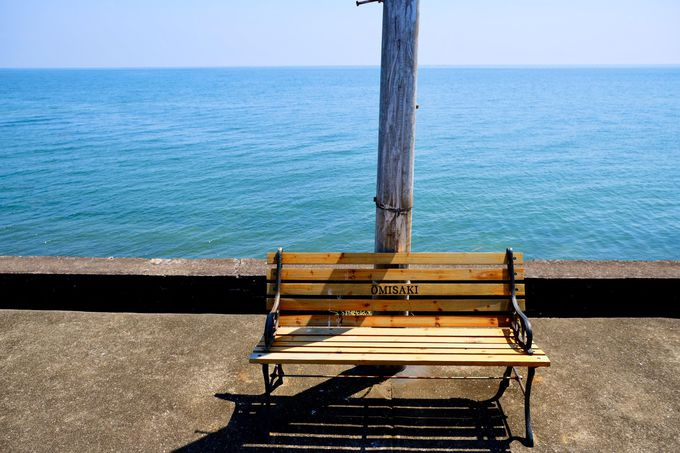 誰かを待つ、1基のベンチ