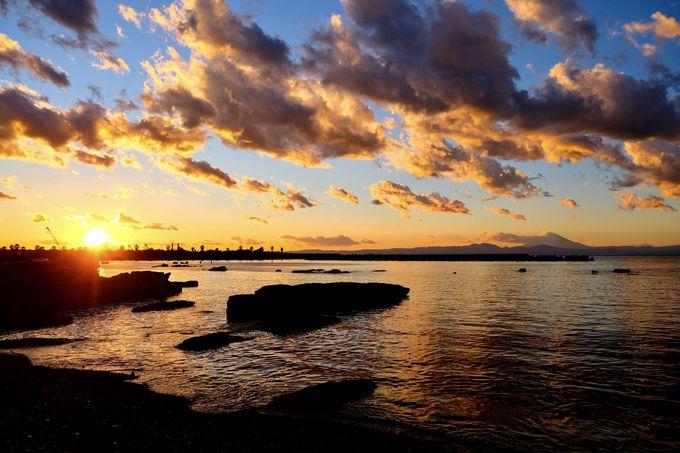 異国へと繋がる 夕暮れの海と空