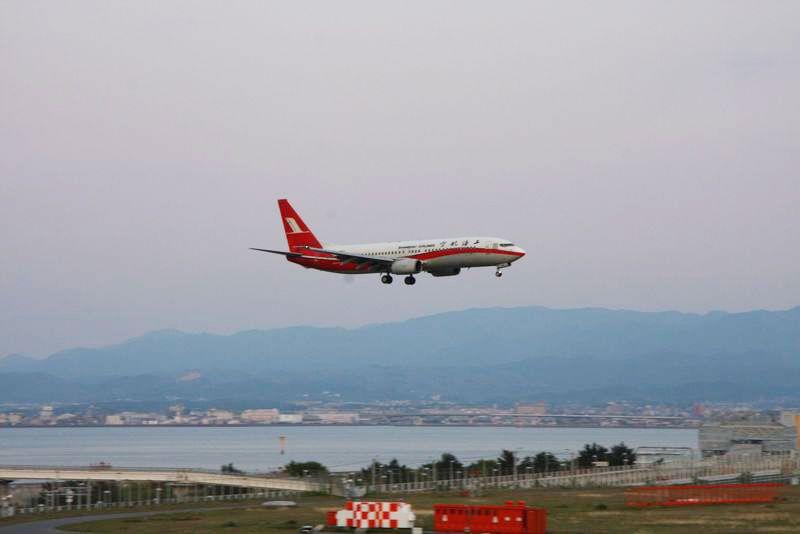 夕日×飛行機の超絶景コラボがみられる関西国際空港