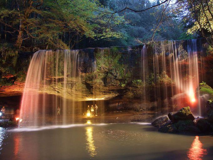 水のカーテン越しに見る風景と4月限定のライトアップ