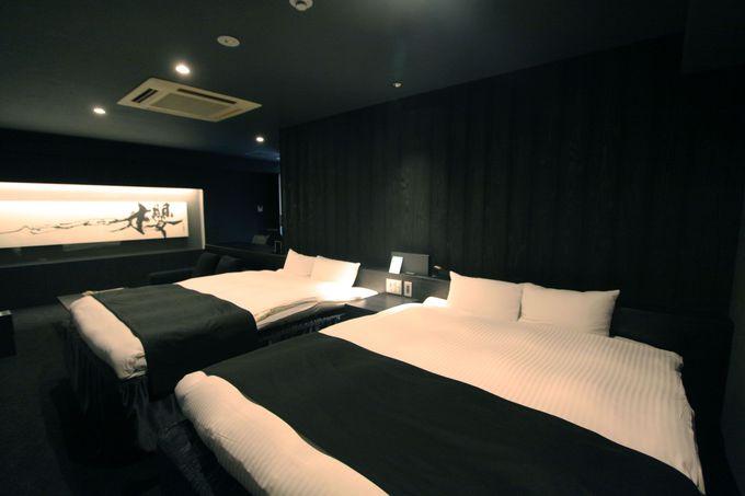武田双雲の作品、壁にアメジストの鉱石、アートアクアリウムがある部屋