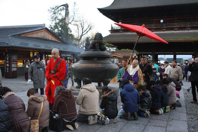時には何百人もの人が並ぶ善光寺の参道