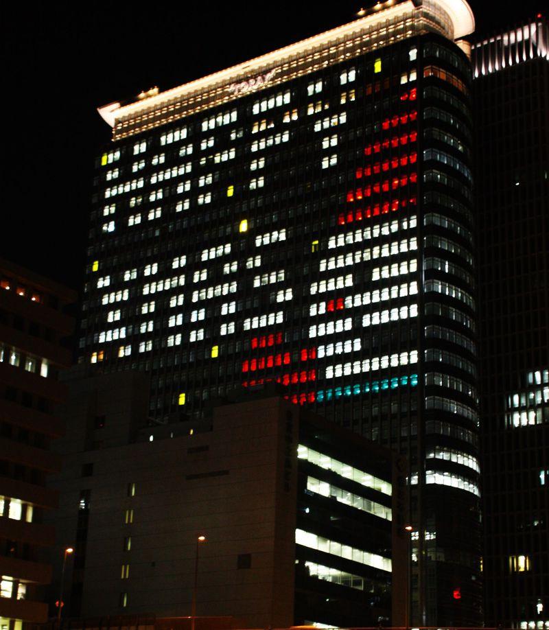 12月24日限定でサンタや雪だるまが大阪のビルに出現!?窓ガラスに