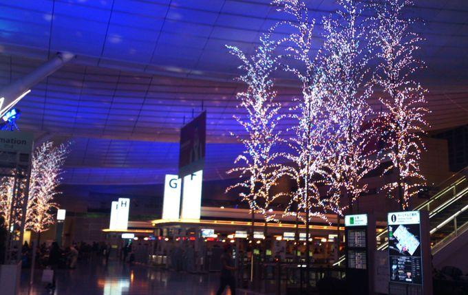 国際線出発ロビーの七色の天井と光の並木道