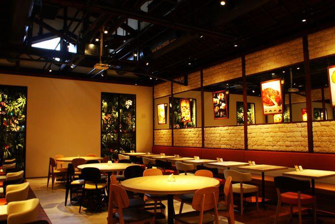 遊び心あふれる広々カフェ