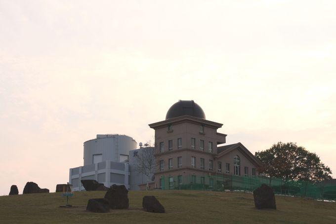2つの望遠鏡を有する研究施設