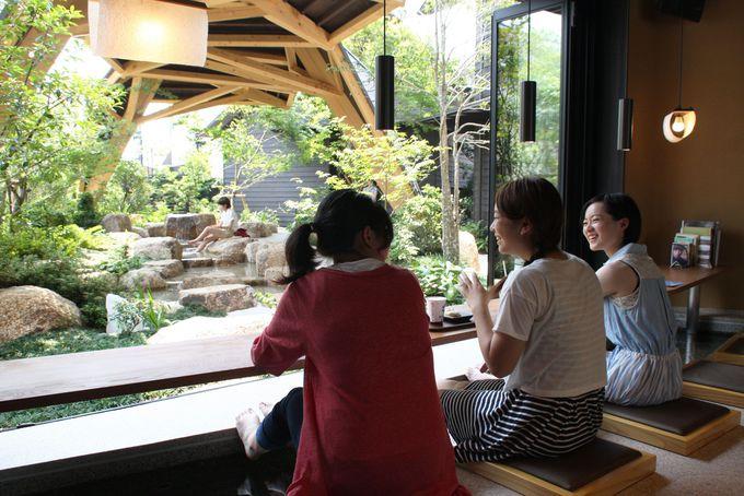 足湯に浸かりながら湯田温泉の「観る」「食べる」「買い物」情報をゲット!