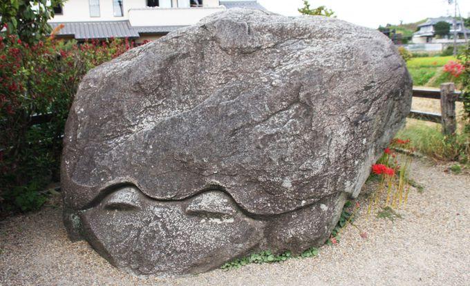 不気味な伝説が残る亀石