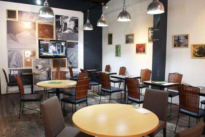 カフェスペースは広々、開放的な雰囲気