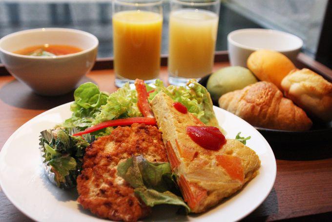 旬野菜のプレートが自慢の朝ごはん
