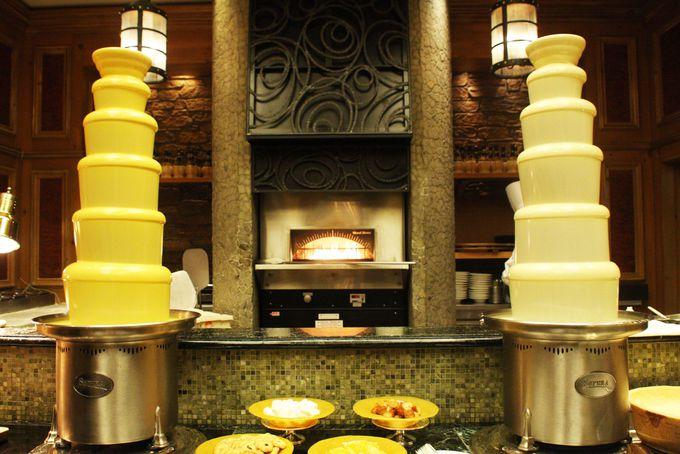 キッチンテーブルにはマンゴーチョコタワー
