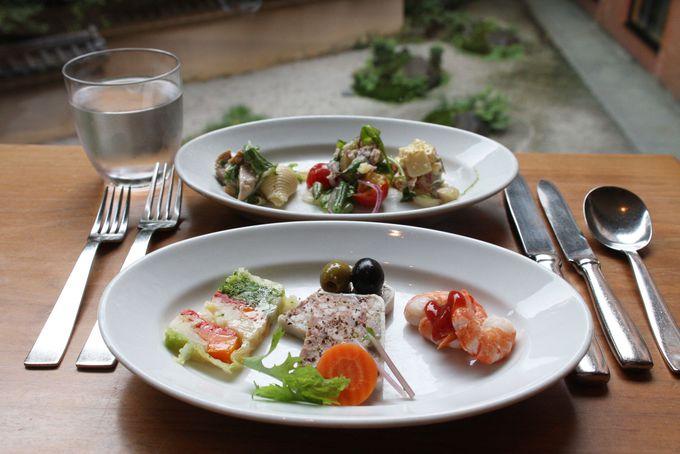 カラフルな前菜やサラダはブッフェ台から