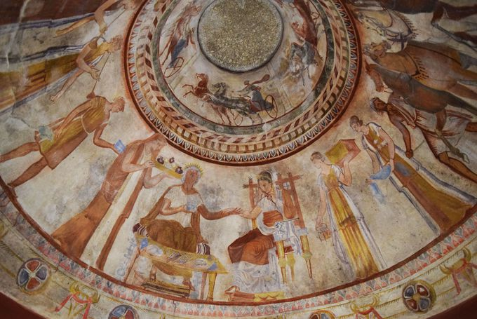 2000年以上前の鮮やかなフレスコ画が見られる世界遺産!ブルガリア・トラキア人の墳墓