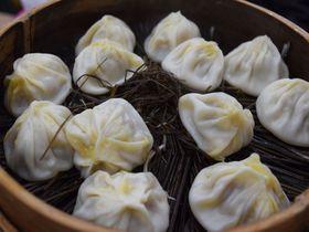 小龍包と餃子を焼き比べ!上海・黄河路は食べ歩きができる美食街