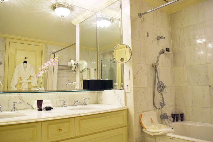 真っ白い大理石のバスルーム