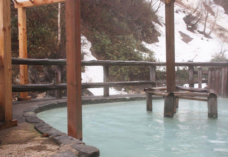 松川温泉「松楓荘」は青緑がかった乳白色の神秘の秘湯!