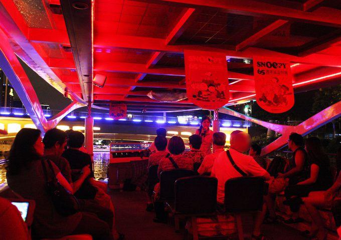 ガイドは中国語オンリー、大音量で台湾演歌が流れるローカルな船内