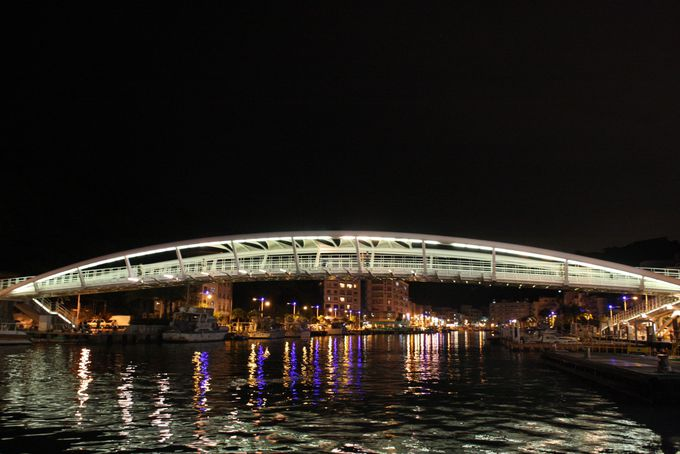 全長200mの景観橋はライトアップも美しい