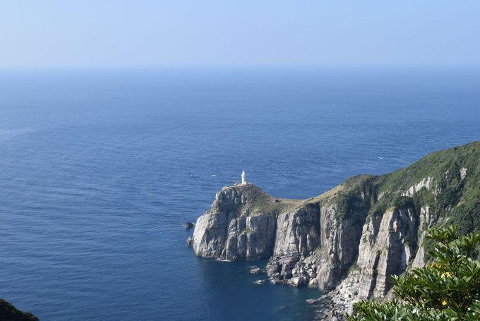 断崖の上にたつ真っ白な大瀬崎灯台
