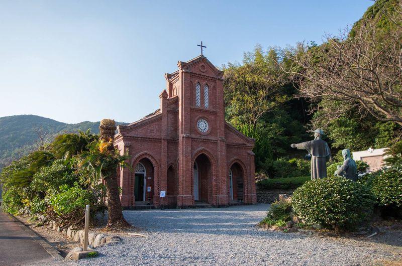 長崎潜伏キリシタンの隠れ里「福江島」にある堂崎教会と井持浦教会が美しい!