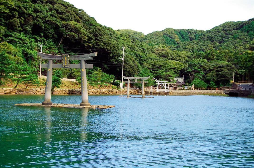 満潮時は渡海船で海から和多都美神社を望む