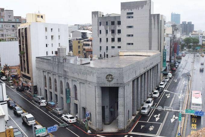 屋上に神社と郵便局ポストという異色のコラボ
