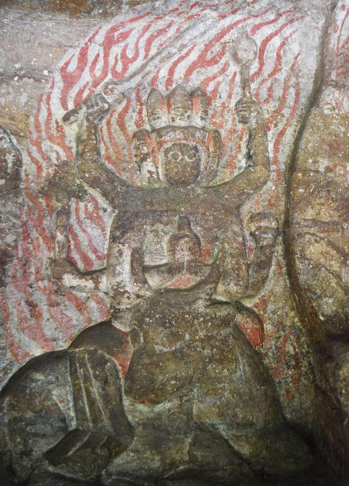 平安時代後期の摩崖仏を真近に「高瀬石仏」