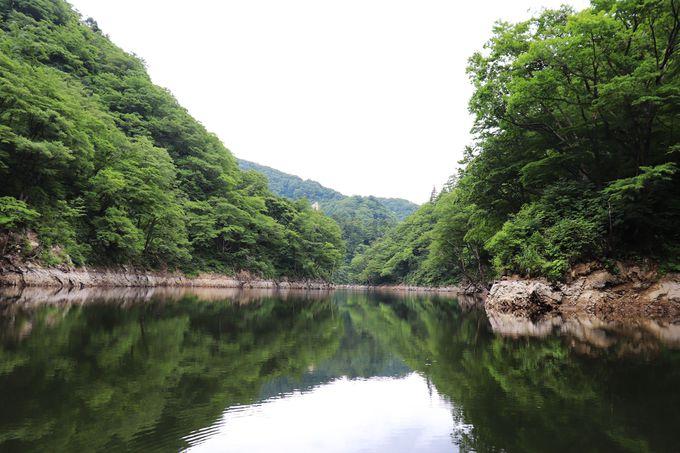 境目がわからない!湖面に映る絶景を見るなら夏!