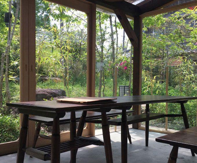 美しい庭を望むカフェ