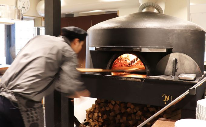 薪窯で焼くナポリピッツァが本格的