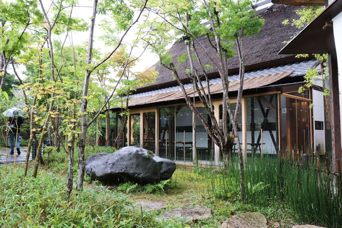 美しく再生した茅葺き民家と四季を感じる庭園