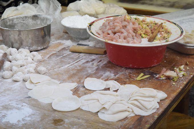台南の蒸し餃子はエビ入りで「二五巴 水餃蒸餃」