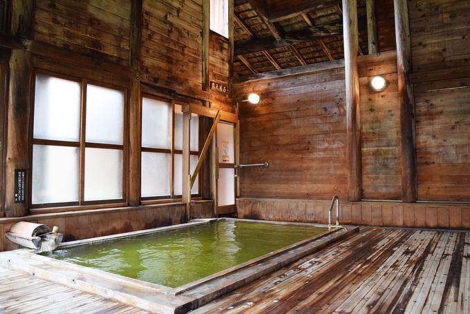 美肌効果抜群の美しい翡翠色の温泉