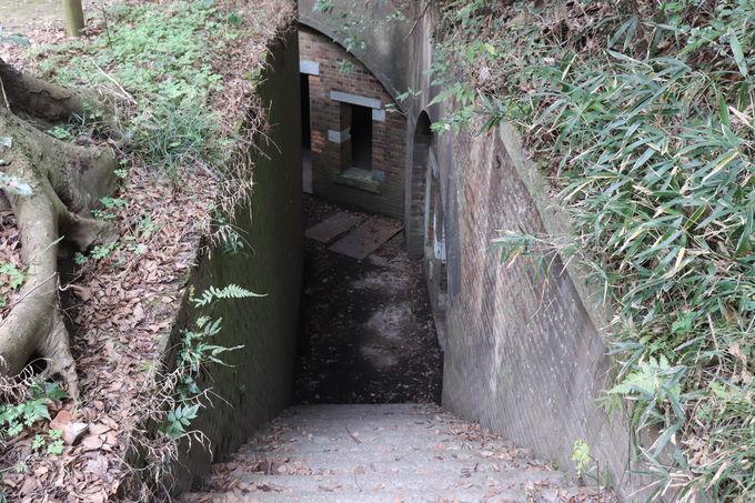 レンガ道は砲台建設当時のもの